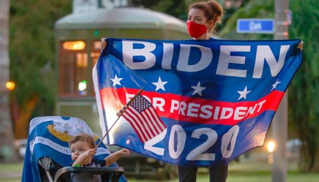 Una madre y su hijo celebran la victoria de Joe Biden