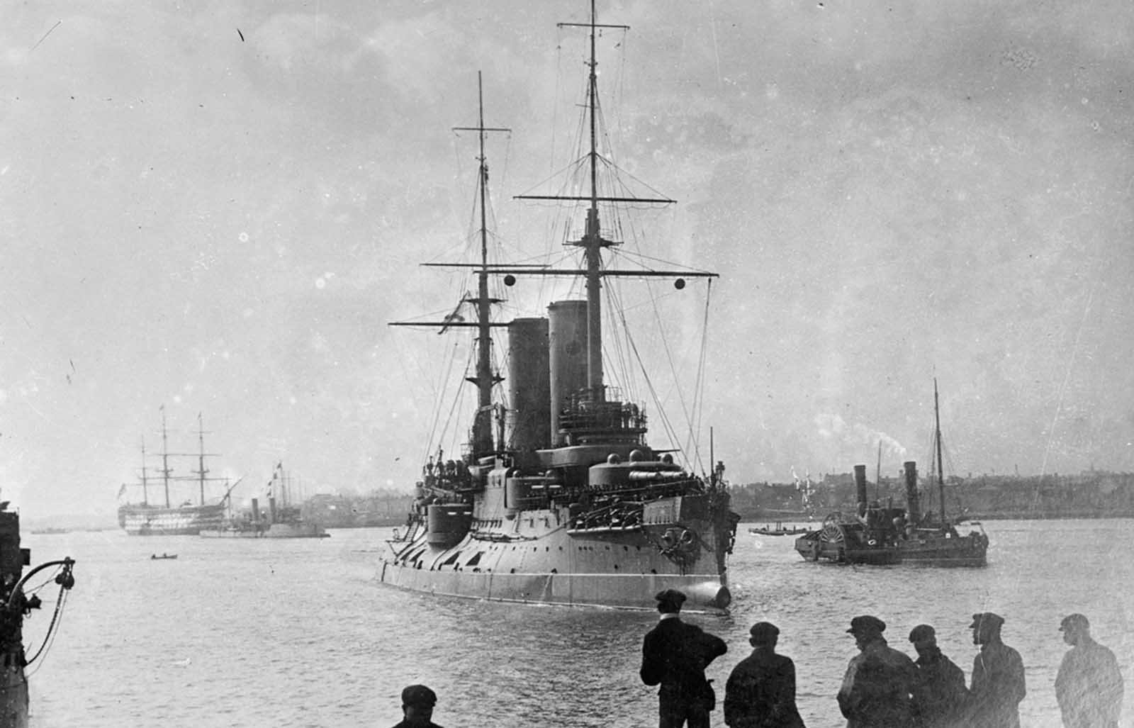 The Russian flagship Tsarevitch passing HMS Victory, ca. 1915.