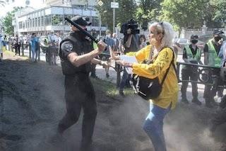 Під Радою поліцейський накинувся з кийком на вчительку, яка хоче викладати українською мовою (ФОТО, ВІДЕО)
