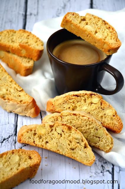Biscotti lub inaczej cantuccini to tradycyjne włoskie ciasteczka. Są wypiekane dwukrotnie, maja podłużny kształt, a ich znakiem rozpoznawczym jest chrupkość. Przechowywane w puszce przetrwają naprawdę długo, choć nie ma żadnej gwarancji, że nie znikną wcześniej w niewyjaśnionych okolicznościach ;) Maczane w kawie, herbacie lub winie są naprawdę smaczne :)