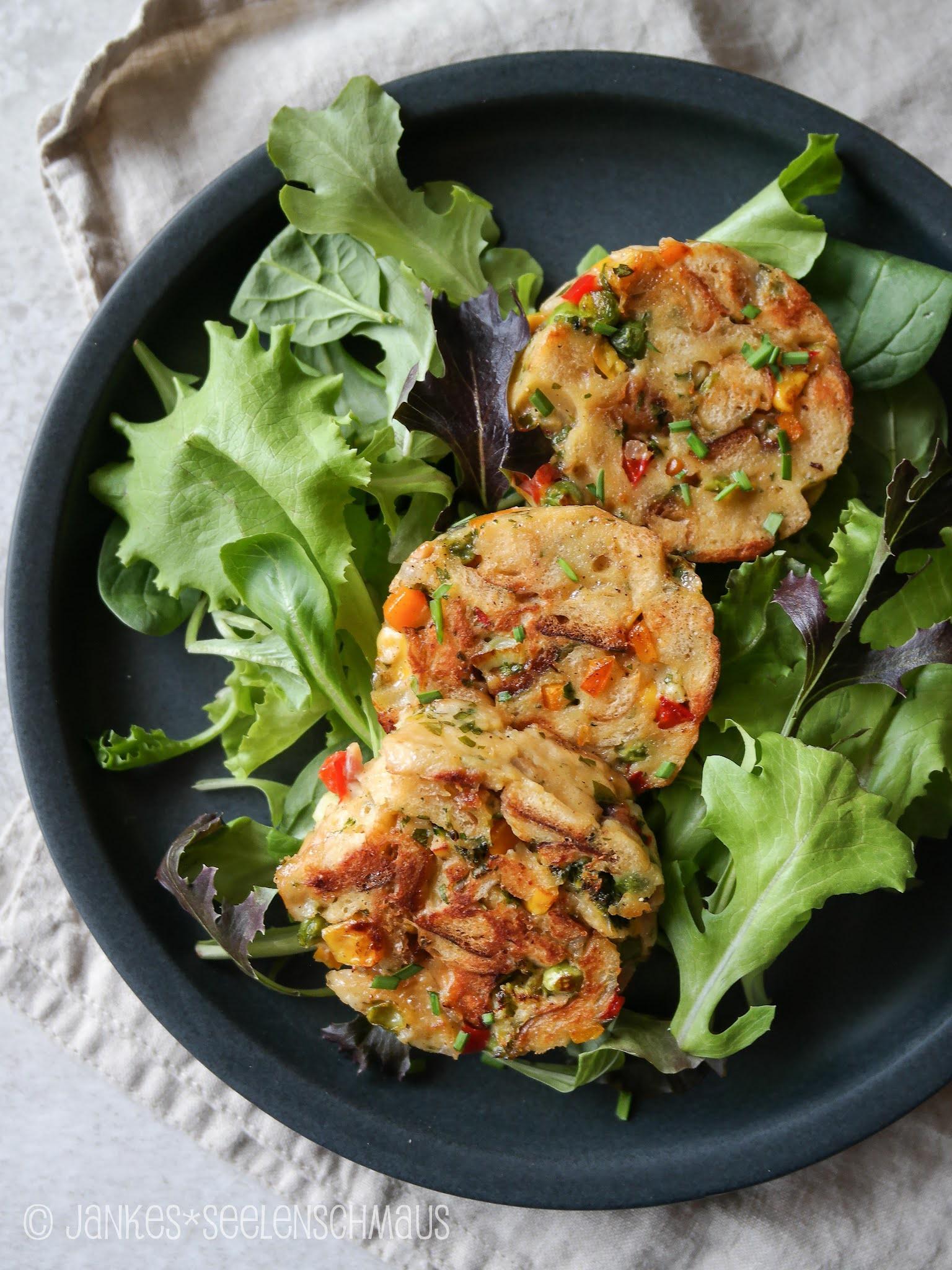 Semmelknödel mit Sommergemüse auf Salat