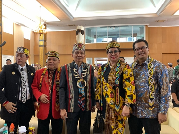 Hadiri Pelantikan Pengurus Dewan Adat Dayak, Maya Rumantir Nyanyikan Lagu Karyanya Indonesia Bersinar
