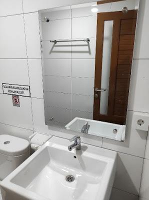Kamar mandi hotel cahaya inn di tanah bumbu kalimantan selatan