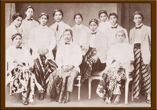 Foto Soekarno dan mahasiswa pribumi