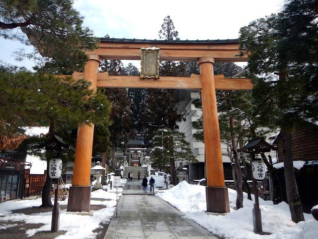 Gran torii en la entrada del templo Sakurayama Hachiman
