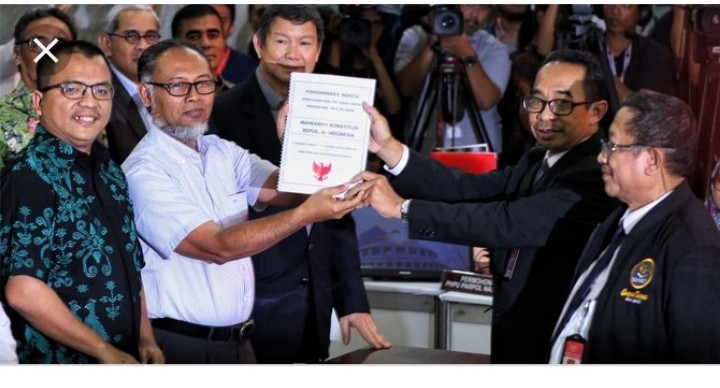 Datangi MK untuk Perbaikan Berkas, Tim Kuasa Hukum Prabowo-Sandi Bawa Bukti Menghebohkan