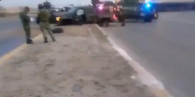 VIDEO.- Esta mañana sigue la guerra Sicarios de las Tropas del Infierno arrojan ponchallantas al convoy de la SEDENA ; hay heridos