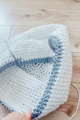 A crochet basket in grey and white