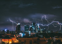 Lightning over city - Photo by Krzysztof Kotkowicz on Unspla