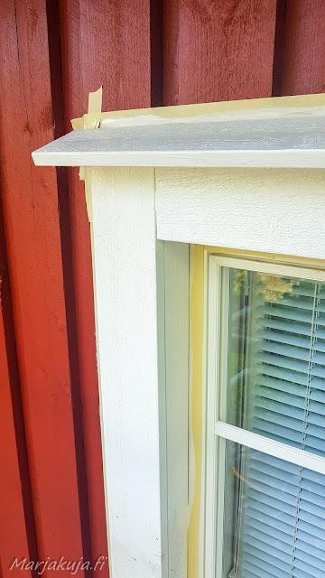 Ikkunan smyygit maalattuna valkoiseksi pihlapro värinä puhdas valkoinen eli paperi
