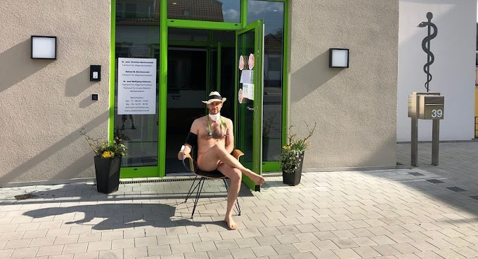 Desnudos contra el coronavirus. Médicos alemanes se desnudan para protestar por el riesgo de contraer covid-19