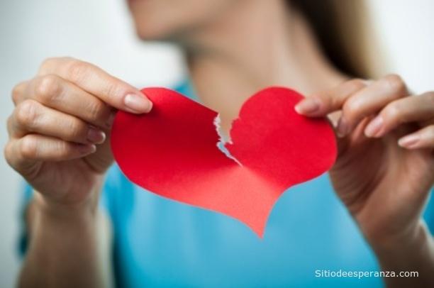 Mujer olvida amor rompiendo corazón