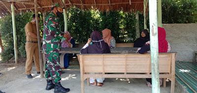 Babinsa Koramil 04/Meureubo Bersama Perangkat Desa Cek Konsistensi Penerapan Prokes Warga Bukit Jaya