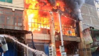 بعد العتبة بساعات .. حريق هائل داخل عدد من المحال التجارية بشارع العريش في الجيزة ..صور