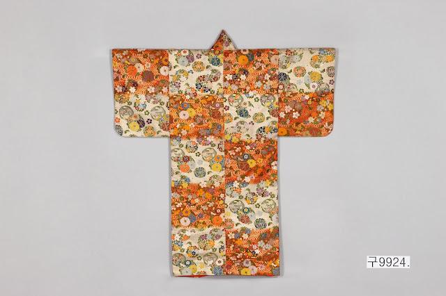 소용돌이 물결과 꽃무늬 가라오리(紅白段觀世水花丸模樣唐織), 20세기 초, 비단에 자수