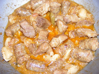 tochitura de porc, tochitura retete, mancare romaneasca traditionala, retete cu porc, preparate din porc, carne si carnati la tigaie, mancaruri cu carne, retete,