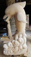 Patung lumba-lumba terbuat dari batu alam paras jogja atau batu paras putih