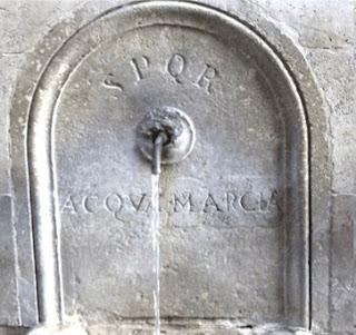 S.P.Q.R.   «Senatus Populusque Romanus» («Сенат и граждане Рима»). ACQVA MARCIA