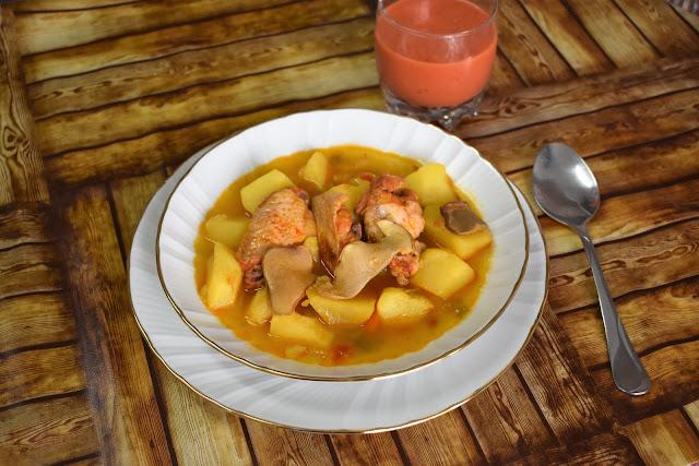 Patatas guisadas con alitas de pollo a la  barbacoa con miel y boletus