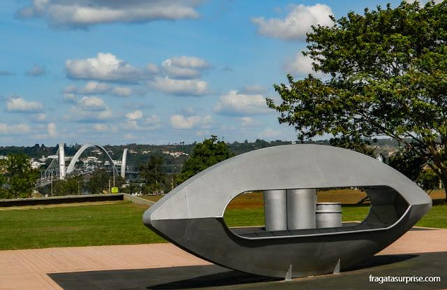 Jardim do CCBB Brasília, com vista para o Lago Paranoá e a Ponte JK