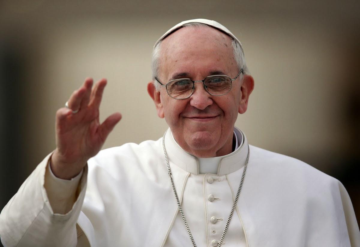 Papa Francisco abraça transexuais no Vaticano