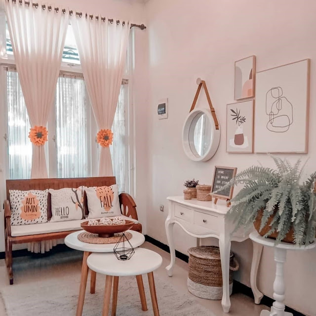 Ruang Tamu Sederhana dengan Kombinasi Warna Putih dan Pastel
