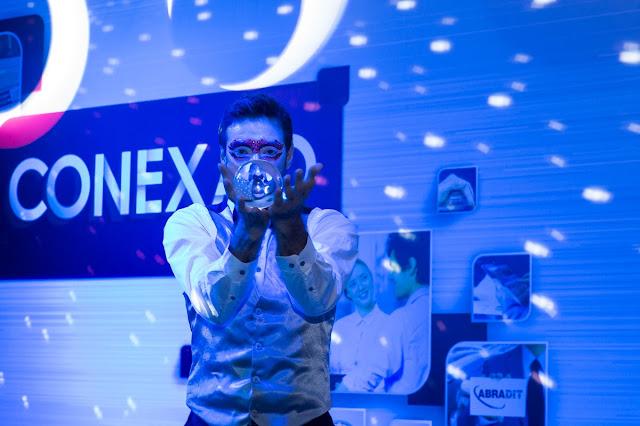 Performance de abertura com malabarista esfera Crystall em evento convenção Abradit, Transamerica SP