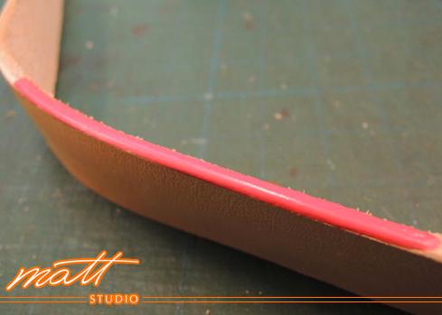 職人講堂是我們和同好分享製革知識的園地。想學習完美的上邊油技巧,了解邊油與填充劑的使用,這篇會對您有幫助。 Matt Studio是Matt老師創辦的專業皮包設計教室,提供真皮皮件手縫及車縫(機縫)教學、皮包打版、客製化商品、製包相關企業顧問等服務。