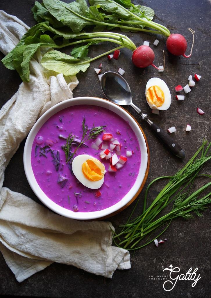 rozowa-zupa-z-zielonymi-ziołami-i-jajkiem