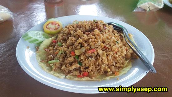 NASI GORENG SEAFOOD : Satu porsi Nasi Goreng ini 30 K yang bisa pedas ataupun tidak terserah anda.  Ada di Fresh Resto (13/6).  Foto Asep Haryono