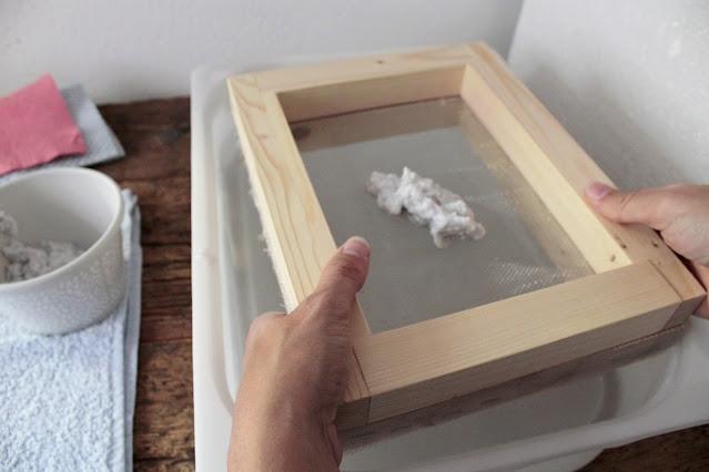 come-fare-fogli-carta-riciclata-processo-con-telaio