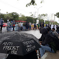 Tetap Aksi Meski Hujan, Mahasiswa UMI Tuntut Pendidikan Gratis di Tengah Krisis