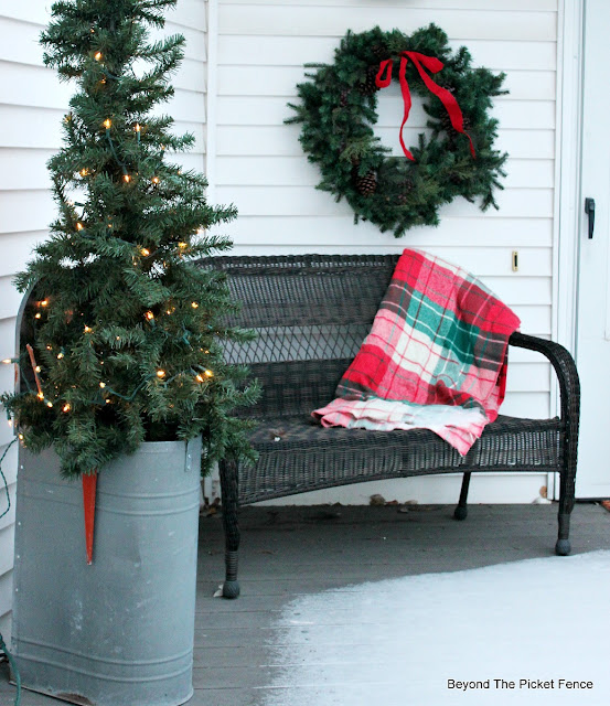 porch decor, farmhouse Christmas, old mailbox, https://goo.gl/xpejCP