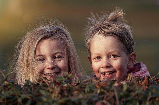 Dua anak kecil lucu yang sedang bermain