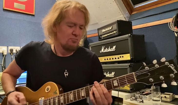 "Adrian Smith: assista o guitarrista do Iron Maiden tocando ""Gangland"""