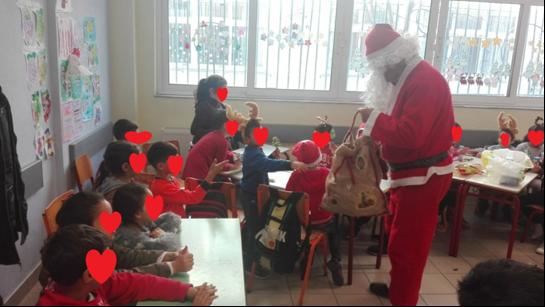 Χριστουγεννιάτικες μελωδίες από μαθητές των σχολείων πλημμύρισαν τα ΚΑΠΗ του Δήμου Λαρισαίων