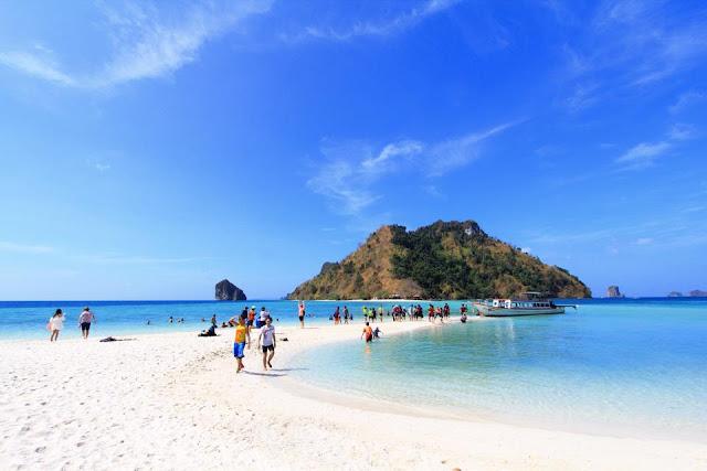 ทะเลแหวก - เกาะปอดะ ได้ถูกขนานนามให้เป็นอีกหนึ่งสิ่งมหัศจรรย์แห่งอันดามันไทย เป็นสถานที่ท่องเที่ยวที่มีชื่อเสียงมาก ด้วยความสวยงามของท้องทะเลและหาดทราย ช่วงเวลาน้ำลดจะมองเห็นแนวสันทรายทอดยาวเชื่อต่อกัน ระหว่าง 3 เกาะ คือ เกาะไก่ เกาะหม้อ เกาะทับ จนเป็นมาของชื่อ ทะเลแหวก
