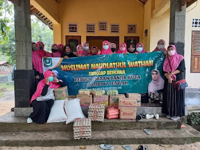 MUSLIMAT pimpus Muslimat NW Hj. Lale Syifaaunnufus bersama rombongan, ketika mengunjungi korban Banjir di Kuta Kecamatan Pujut Kemarin