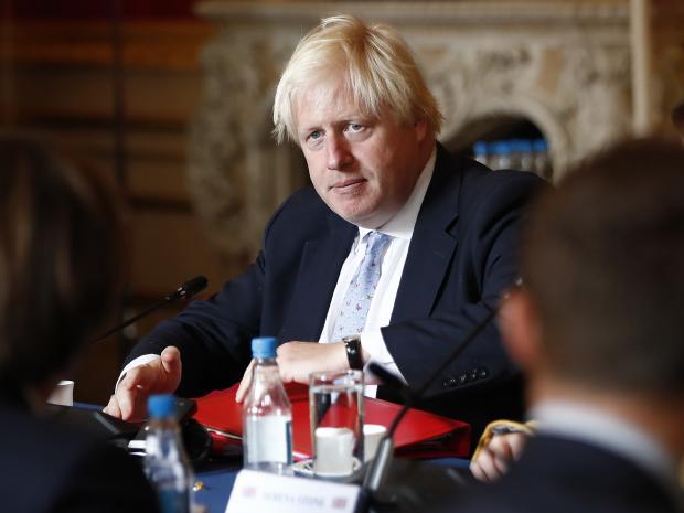 """O ministro das Relações Exteriores do Reino Unido, Boris Johnson, advertiu que países devem """"restringir"""" o regime do Irã, mas se recusa a sair do acordo nuclear."""