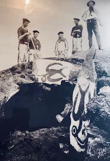 Foto de cartaz turístico em Rapa Nui - Matéria Orongo - BLOG LUGARES DE MEMÓRIA