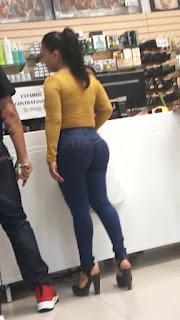 Señora cola parada jeans apretados