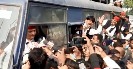 Akhilesh Yadav Detained on Farmers Protest