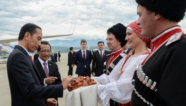Jokowi Tiba di Rusia Disambut Upacara Roti dan Garam