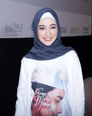 Poppy Bunga artis cantik pakai hijab peranh jadi Ayam kampus