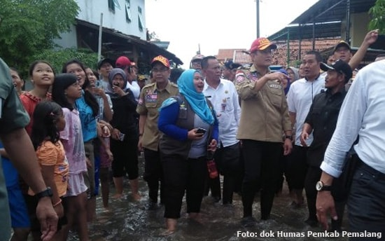 Menteri Sosial RI. Juliari P. Batubara tinjau banjir pemalang