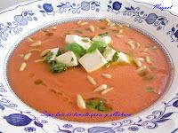 Sopa fría de tomate con queso y albahaca