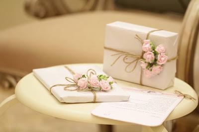 Regalos para los invitados con una carta estándar para acompañarlos