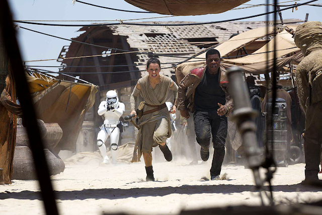 Finn (John Boyega) și Rey (Daisy Ridley) în Star Wars: The Force Awakens