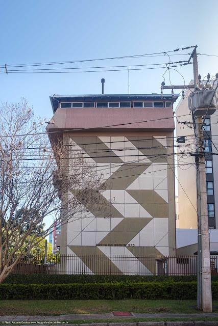Grafismo na parede cega de um edifício