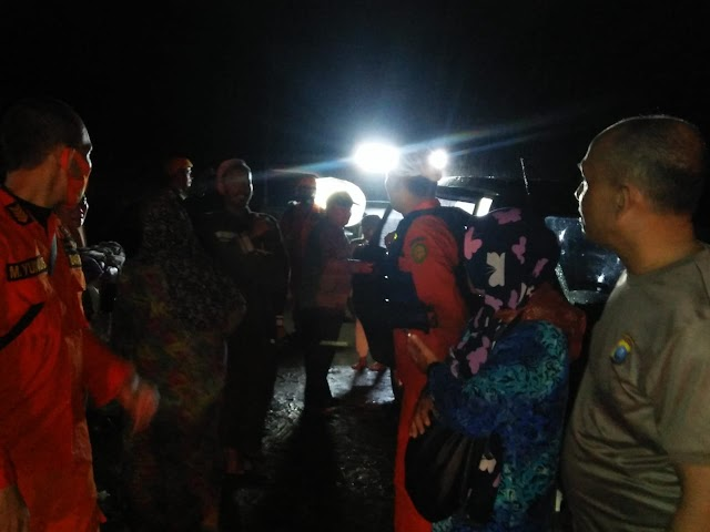 Polsek Kotarih & Tim Gabungan Selamatkan Keluarga Terjebak Air Bah